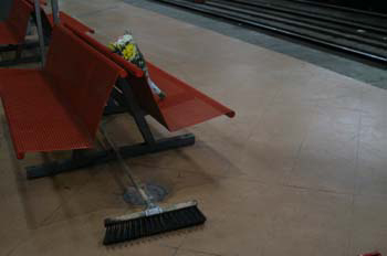 Ramo depositado en el andén de la estación