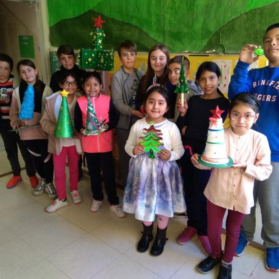 Concurso de árboles de Navidad con materiales reciados