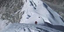 Acercamiento a la cresta nevada de una montaña
