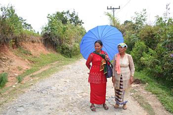 Vestidas para ir a misa, Batak, Sumatra, Indonesia