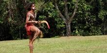 Aborigen dispuesto a lanzar el boomerang, Australia