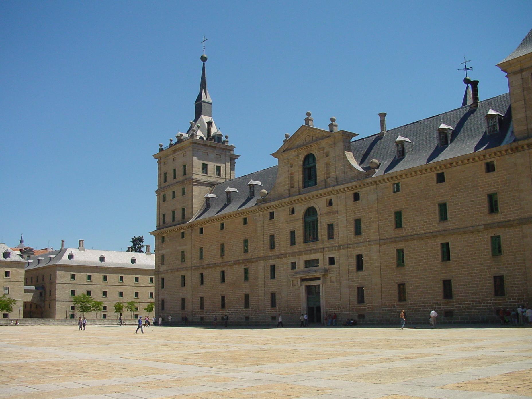 Vista lateral de fachada principal del Monasterio de El Escorial