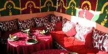 Jaima de tela preparada para un comida, Marruecos
