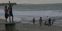 Niños jugando al fútbol en la playa de Maracaípe, Pernambuco, Br