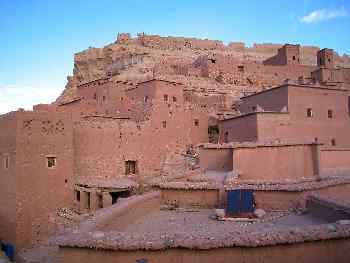 Panel solar en el tejado de una casa de adobe, Marruecos