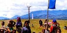 Asentamiento en festival en torno a bandera, Irian Jaya, Indones