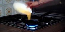 Echar los huevos en la sartén