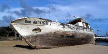 Barco varado por pesca ilegal en la Isla San Cristóbal, Ecuador