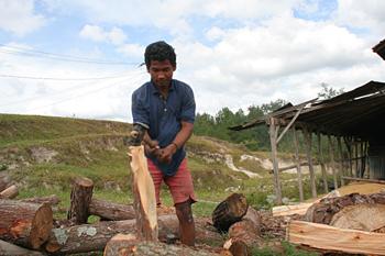 Cortando leña, Batak, Sumatra, Indonesia