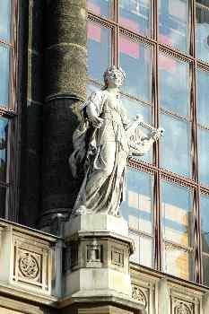 Estatua de la fachada del Palacio Real, Budapest, Hungría