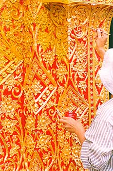 Proceso de retocado de la decoración de un templo, Tailandia