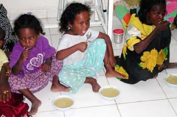 Niñas comiendo, Rep. de Djibouti, áfrica
