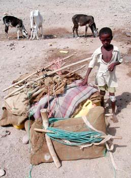 Niño al lado de mantas, Rep. de Djibouti, áfrica