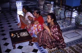 Ceremonia religiosa en un templo jainista, Calcuta, India