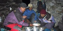 Sherpas cocinando con luz frontal