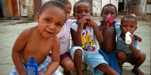 Niños jugando con botes, favelas de Sao Paulo, Brasil