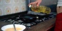 Echar aceite en la sartén