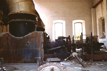 Interior de una central hidráulica abandonada