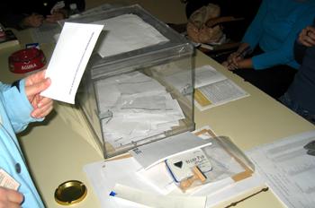 Persona votando en el referendum de la Costitución Europea