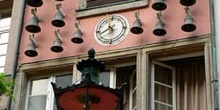 Carrillón con campanas en fachada en Dusseldorf, Alemania