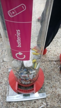 Litter Less Campaign_Reciclando pilas   1