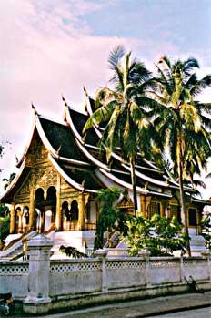 Templo de estilo Lao. Tejado a dos aguas de múltiples niveles, L