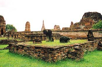 Plataforma en zona de templos, Ayutthaya, Tailandia