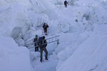 El ´doctor´y sus ayudantes cargando los tramos de la escalera so