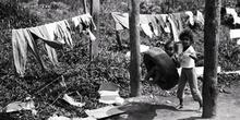 Niña columpiándose, favela de Sao Paulo, Brasil