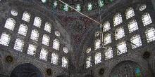 Cúpula y vidrios en la sala principal de Mihrimah Camii en Üsküd