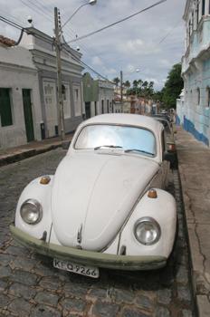 Coche escarabajo en calle de Olinda, Pernambuco, Brasil