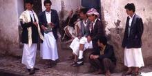 Grupo de hombres, con la jambia (cuchillo curvo) tradicional, Ye