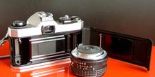 Vista trasera de una cámara réflex y objetivo