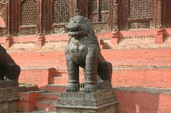 Estatuas en la entrada del Palacio de los Reyes Malla, Katmandú,