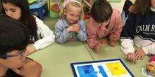 Buddies: 5 años y sexto enseñando a jugar. 8
