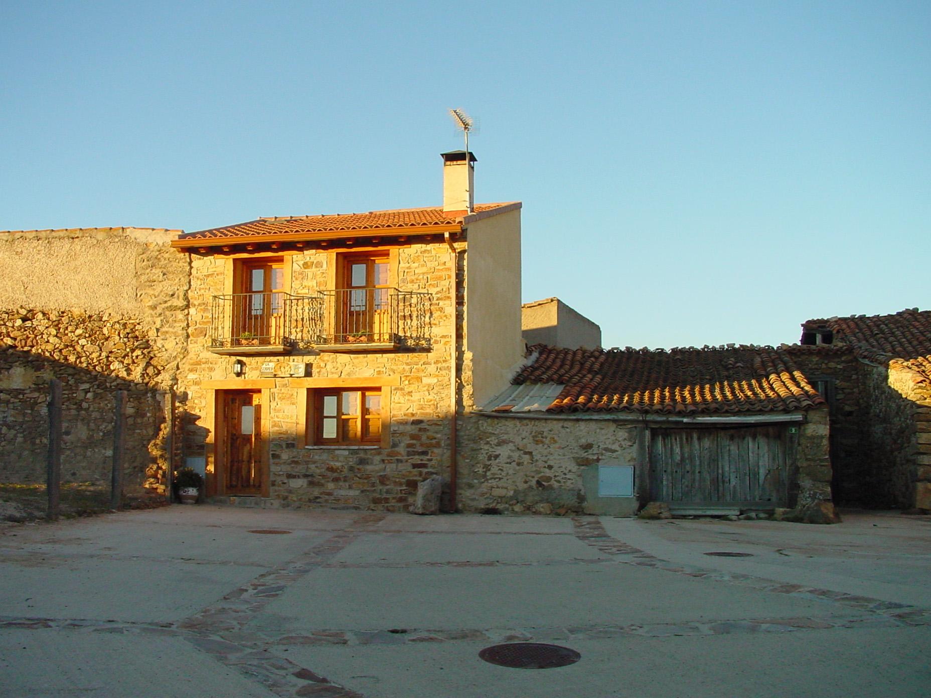 Casa de piedra en La Serna del Monte