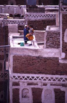 Niñas jugando en una azotea, sin protecciones, Yemen