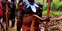 Guerrero armado con arco, Irian Jaya, Indonesia