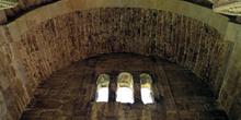 Arco fajón y ventana trífora de la planta noble de Santa María d