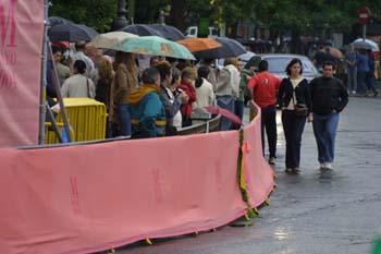 Vallas de seguridad engalanadas con telas rosas