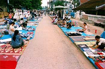Mercado de calle con puestos textiles, Laos