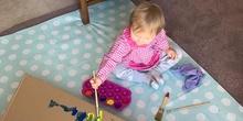 Chloe haciendo actividades en casa 5