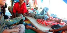 Refugiados, interior de una tienda Melaboh, Sumatra, Indonesia