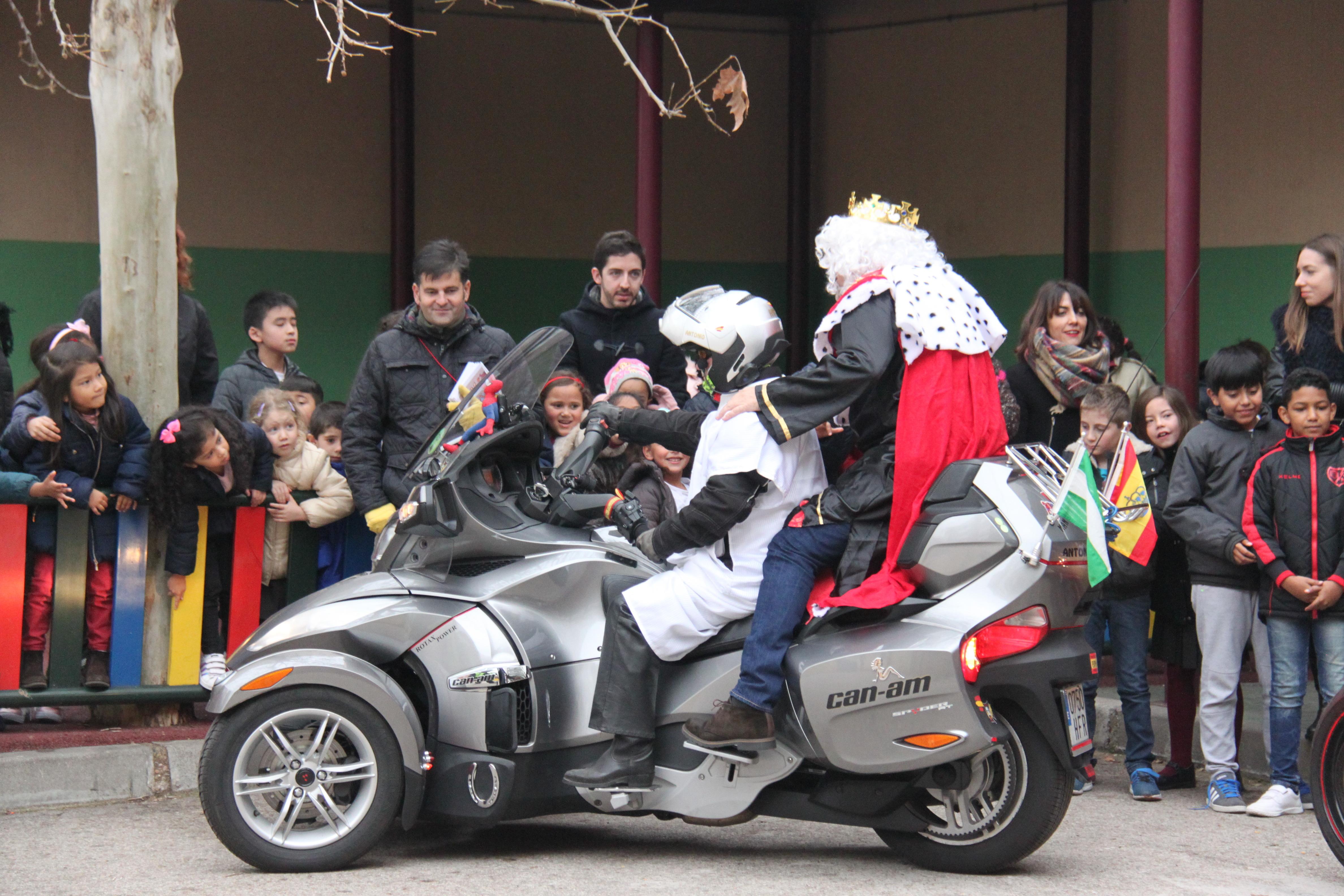 Visita de sus Majestades los Reyes Magos al colegio Luis Bello en moto 2018 9