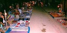 Mercado en las calles de Luang Prabang con iluminación nocturna,