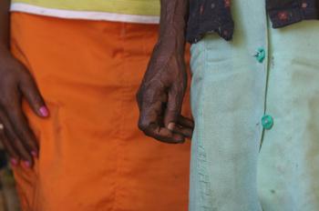 Detalle de manos de dos mujeres de Quilombo, Sao Paulo, Brasil