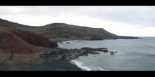 Playa con rocas volcánicas