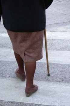 Anciana cruzando una calle