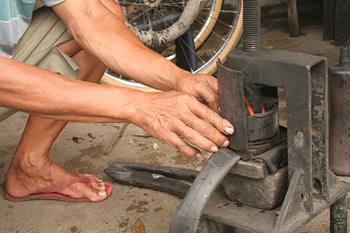 Arreglando un pinchazo, Jogyakarta, Indonesia