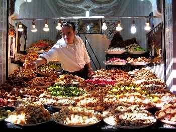 Puesto de frutos secos en un mercado, Marrakech, Marruecos